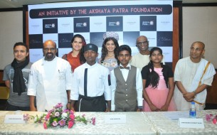 Dignitaries striking a pose with the three Akshaya Patra beneficiaries at the pre-event press conference